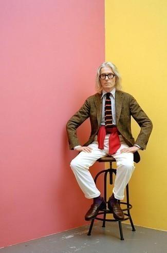 С чем носить красный вязаный свитер мужчине: Красный вязаный свитер и белые брюки чинос — выбирай этот выбор, если не боишься оказаться в центре внимания. Хочешь добавить в этот наряд нотку элегантности? Тогда в качестве дополнения к этому образу, стоит выбрать темно-коричневые кожаные лоферы.
