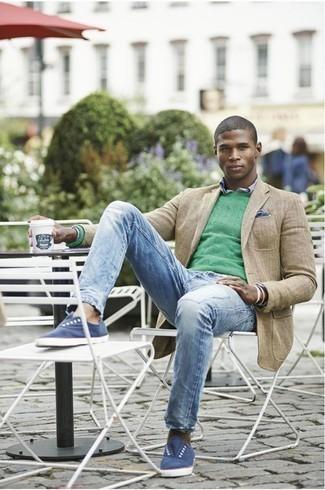 Мода для 20-летних мужчин: Стильное сочетание светло-коричневого пиджака и голубых рваных джинсов безусловно будет обращать на себя взгляды красивых барышень. Синие низкие кеды из плотной ткани органично дополнят этот образ.