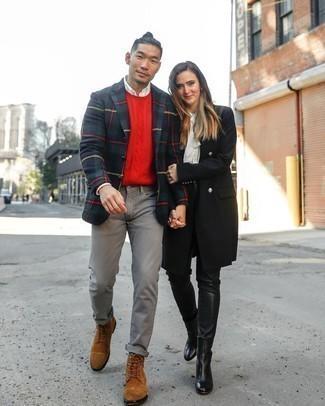 С чем носить красный вязаный свитер мужчине: Красный вязаный свитер и серые джинсы — идеальный образ, если ты ищешь лёгкий, но в то же время модный мужской образ. Не прочь сделать ансамбль немного элегантнее? Тогда в качестве обуви к этому луку, стоит обратить внимание на коричневые замшевые повседневные ботинки.