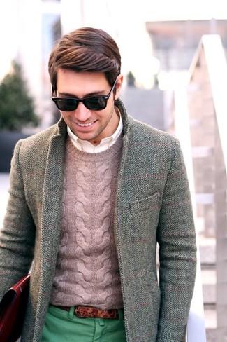 """Модный лук: серый шерстяной пиджак с узором """"в ёлочку"""", розовый вязаный свитер, белая рубашка с длинным рукавом, зеленые брюки чинос"""