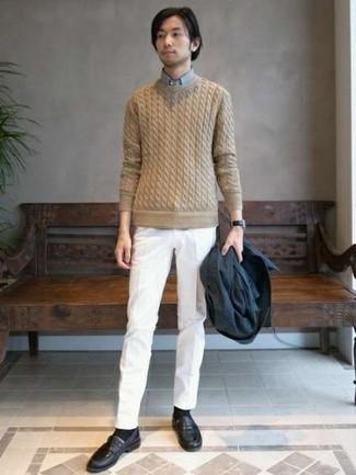 Белые классические брюки: с чем носить и как сочетать мужчине: Комбо из темно-синего пиджака и белых классических брюк позволит создать модный и мужественный ансамбль. Пара черных кожаных лоферов великолепно подойдет к остальным составляющим образа.