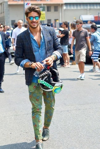 Как и с чем носить: темно-синий пиджак в шотландскую клетку, синяя джинсовая рубашка, оливковые брюки чинос с цветочным принтом, темно-зеленые кожаные броги