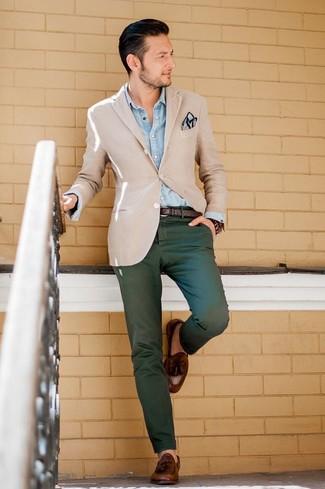 Как и с чем носить: бежевый пиджак, голубая джинсовая рубашка, темно-зеленые брюки чинос, коричневые кожаные лоферы с кисточками