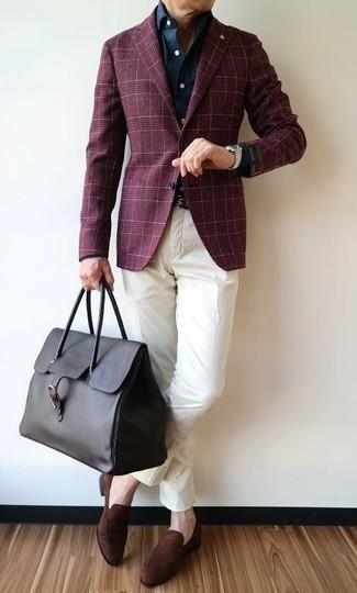 Как и с чем носить: темно-красный пиджак в шотландскую клетку, темно-синяя джинсовая рубашка, белые брюки чинос, темно-коричневые замшевые лоферы