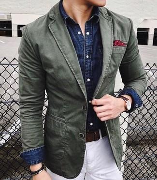 Как и с чем носить: оливковый хлопковый пиджак, темно-синяя джинсовая рубашка, белые брюки чинос, красный нагрудный платок в горошек