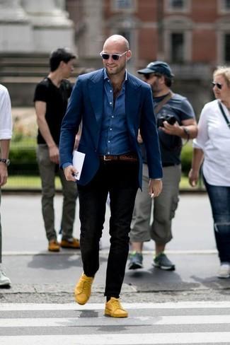 Как и с чем носить: темно-синий пиджак, синяя джинсовая рубашка, черные брюки чинос, желтые кожаные низкие кеды