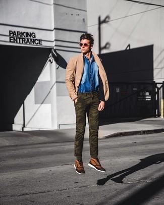 Как и с чем носить: светло-коричневый пиджак, синяя джинсовая рубашка, оливковые брюки чинос с камуфляжным принтом, светло-коричневые высокие кеды из плотной ткани