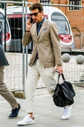 Коричневые кожаные часы: с чем носить и как сочетать мужчине: Светло-коричневый пиджак и коричневые кожаные часы — хорошая формула для воплощения стильного и несложного ансамбля. Любишь эксперименты? Заверши лук белыми кожаными низкими кедами.