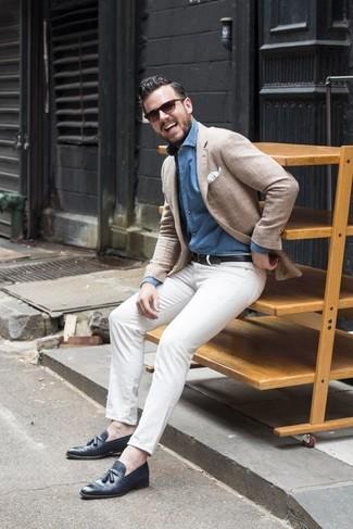 Как и с чем носить: бежевый пиджак, голубая джинсовая рубашка, белые брюки чинос, темно-синие кожаные лоферы с кисточками