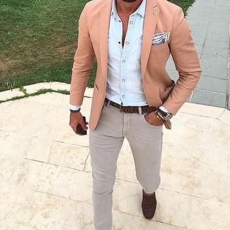 Сочетание розового пиджака и серых джинсов — прекрасный вариант для создания образа в стиле элегантной повседневности. Что касается обуви, темно-коричневые кожаные лоферы станут отличным выбором.