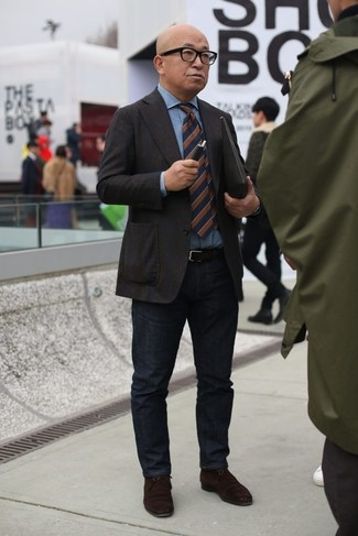 Как и с чем носить: темно-коричневый пиджак, голубая джинсовая рубашка, черные джинсы, темно-коричневые замшевые ботинки дезерты