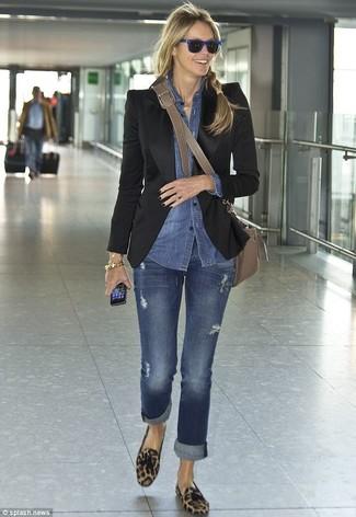 Как и с чем носить: черный пиджак, синяя джинсовая рубашка, синие джинсы, коричневые замшевые лоферы с кисточками с леопардовым принтом