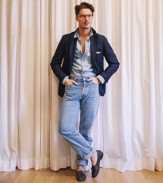 Как и с чем носить: темно-синий пиджак, голубая джинсовая рубашка, голубые джинсы, черные кожаные лоферы с кисточками