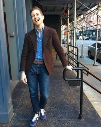 Темно-коричневый шерстяной пиджак: с чем носить и как сочетать мужчине: Если не знаешь, в чем пойти на учебу или на работу, темно-коричневый шерстяной пиджак и темно-синие джинсы — прекрасный ансамбль. Дополнив образ синими кроссовками, ты привнесешь в него немного непринужденности.