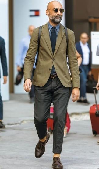 Как и с чем носить: оливковый пиджак, синяя джинсовая рубашка, черные классические брюки, темно-коричневые кожаные туфли дерби