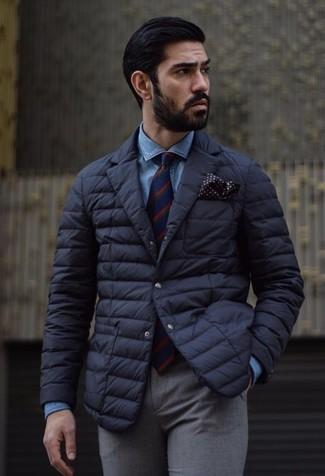 Как и с чем носить: черный стеганый пиджак, синяя джинсовая рубашка, серые шерстяные классические брюки, красно-темно-синий галстук в вертикальную полоску