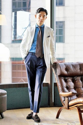 Как и с чем носить: белый пиджак, синяя джинсовая рубашка, темно-синие классические брюки, темно-коричневые замшевые лоферы с кисточками