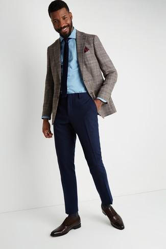 """Как и с чем носить: коричневый пиджак с узором """"гусиные лапки"""", голубая джинсовая рубашка, темно-синие шерстяные классические брюки, темно-коричневые кожаные оксфорды"""