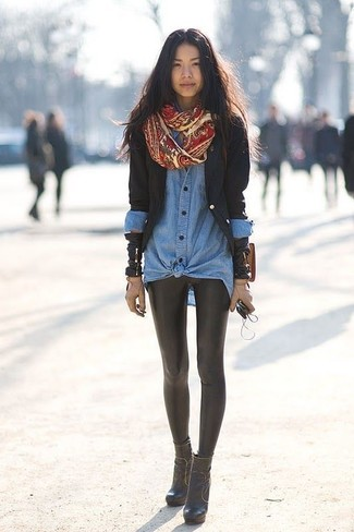 Как и с чем носить: черный пиджак, синяя джинсовая рубашка, черные кожаные леггинсы, черные кожаные ботильоны