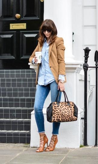 Как и с чем носить: светло-коричневый пиджак, голубая джинсовая рубашка, белая майка, синие джинсы скинни