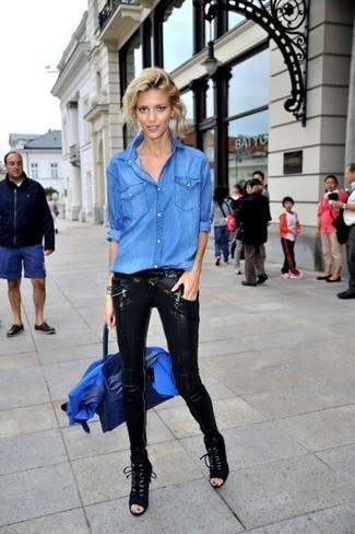Синяя кожаная сумка-саквояж: с чем носить и как сочетать: Такое лаконичное и комфортное сочетание базовых вещей, как синий пиджак и синяя кожаная сумка-саквояж, нравится женщинам, которые любят проводить дни активно. Хочешь привнести сюда немного классики? Тогда в качестве обуви к этому луку, выбери черные замшевые ботильоны на шнуровке.