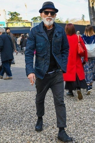 Темно-серые брюки чинос: с чем носить и как сочетать: Темно-синий джинсовый пиджак и темно-серые брюки чинос прекрасно впишутся в любой мужской ансамбль — непринужденный будничный ансамбль или же элегантный вечерний. Если ты не боишься использовать в своих образах разные стили, на ноги можно надеть темно-синие кожаные туфли дерби.