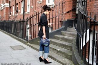 Как и с чем носить: черный пиджак в вертикальную полоску, синие джинсы-бойфренды, черные замшевые туфли на танкетке, темно-синий кожаный клатч