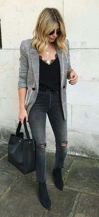 """Как и с чем носить: бело-черный пиджак с узором """"гусиные лапки"""", темно-серые рваные джинсы, черные замшевые ботильоны, черная кожаная большая сумка"""