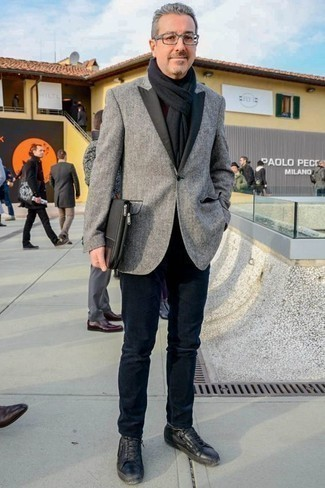 Модные мужские луки 2020 фото осень 2020: Если ты приписываешь себя к той редкой группе парней, неплохо разбирающихся в модных тенденциях, тебе подойдет лук из серого пиджака и темно-синих джинсов. Любишь рисковать? Заверши лук черными кожаными низкими кедами. Уверены, это суперское решение в погожий осенний денек.
