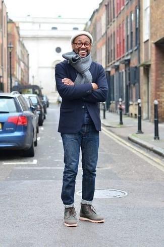 Как и с чем носить: темно-синий шерстяной пиджак, темно-синие джинсы, темно-серые кожаные повседневные ботинки, белая шапка