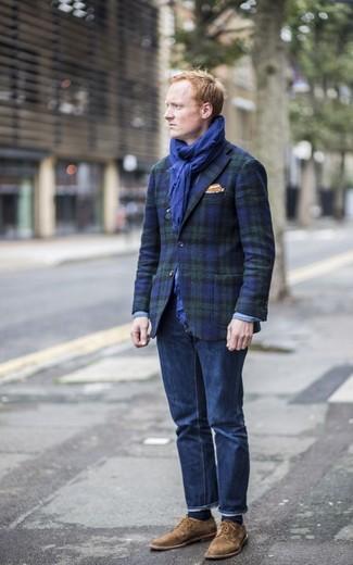 Как и с чем носить: темно-сине-зеленый пиджак в шотландскую клетку, темно-синие джинсы, коричневые замшевые туфли дерби, оранжевый нагрудный платок