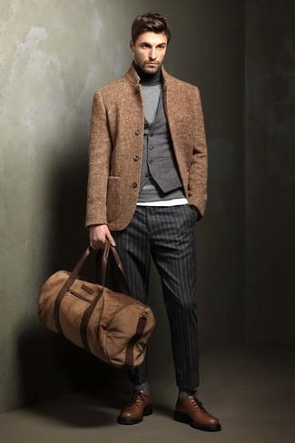 Модный лук: светло-коричневый шерстяной пиджак, серый шерстяной жилет, серая водолазка, белая футболка с круглым вырезом