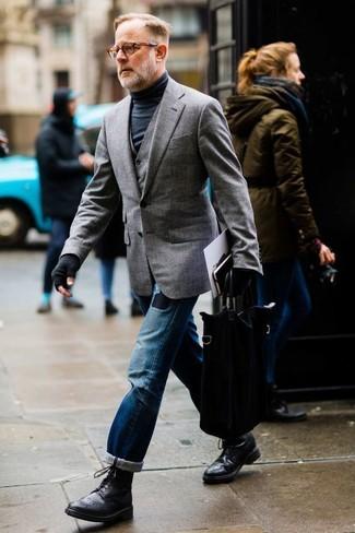 Как и с чем носить: серый пиджак, серый жилет, черная водолазка, синие рваные джинсы