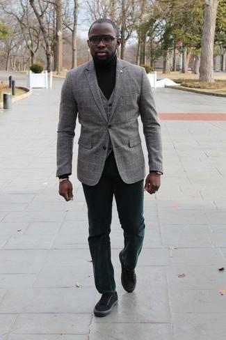 Серебряный браслет: с чем носить и как сочетать мужчине: Если день обещает быть насыщенным, сочетание серого пиджака в клетку и серебряного браслета позволит создать комфортный лук в непринужденном стиле. Очень органично здесь будут смотреться черные низкие кеды из плотной ткани.
