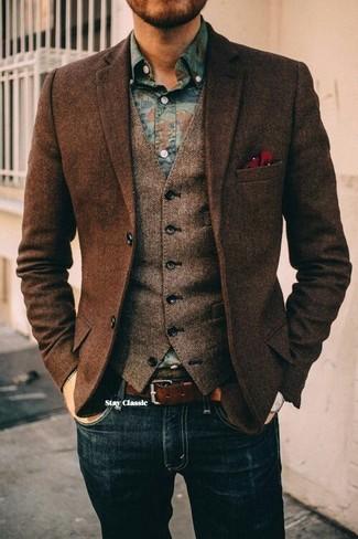 """Темно-коричневый шерстяной пиджак с узором """"в ёлочку"""" и темно-синие джинсы будут гармонично смотреться в стильном гардеробе самых требовательных мужчин. Бери на заметку этот лук, если хочешь осенью выглядеть стильно и необычно."""