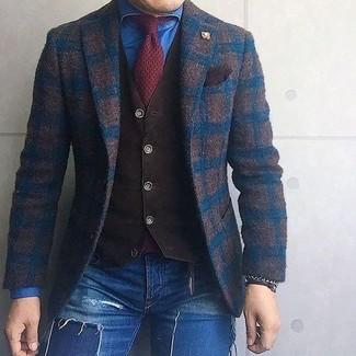 Как и с чем носить: темно-коричневый шерстяной пиджак в клетку, темно-коричневый жилет, синяя джинсовая рубашка, синие рваные зауженные джинсы