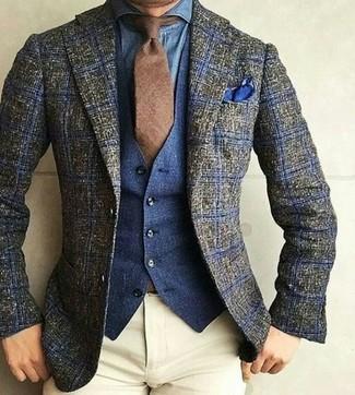 Как и с чем носить: оливковый шерстяной пиджак в шотландскую клетку, темно-синий джинсовый жилет, синяя джинсовая рубашка, бежевые брюки чинос