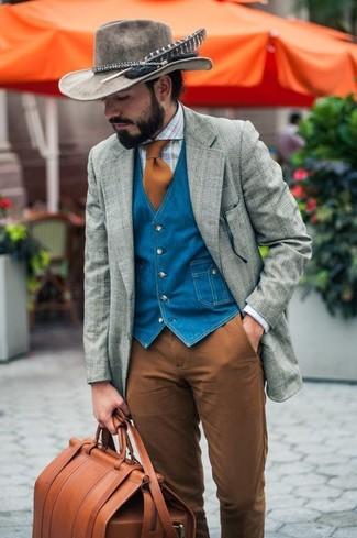 Табачная кожаная дорожная сумка: с чем носить и как сочетать мужчине: Тандем серого шерстяного пиджака в шотландскую клетку и табачной кожаной дорожной сумки - самый простой из возможных ансамблей для активного уикенда.