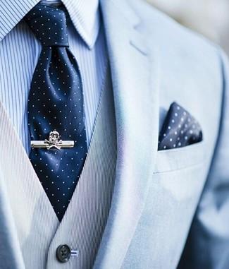 Комбо из голубого пиджака и серого жилета в вертикальную полоску позволит создать стильный классический образ.