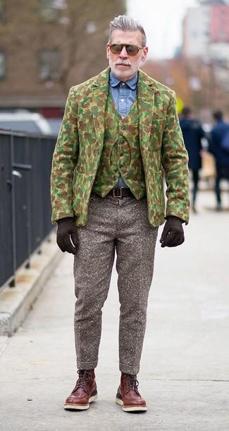 Как Nick Wooster носит Оливковый шерстяной пиджак с камуфляжным принтом, Оливковый шерстяной жилет с камуфляжным принтом, Синяя классическая рубашка из шамбре, Коричневые шерстяные классические брюки