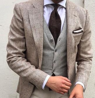Как и с чем носить: бежевый льняной пиджак, серый шерстяной жилет, белая классическая рубашка, бежевые классические брюки
