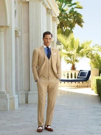 Светло-коричневый пиджак и светло-коричневые классические брюки — прекрасный вариант для выхода в свет. Что касается обуви, можно отдать предпочтение комфорту и выбрать бело-коричневые кожаные броги.