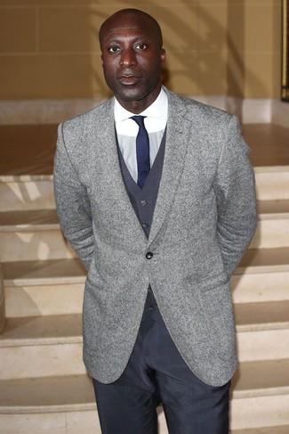 Как Dermot O'Leary носит Серый шерстяной пиджак, Темно-серый жилет, Белая классическая рубашка, Темно-серые классические брюки