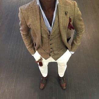 Модный лук: светло-коричневый пиджак в клетку, светло-коричневый жилет в шотландскую клетку, голубая классическая рубашка, белые брюки чинос