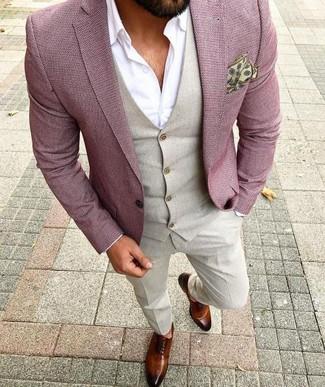 Сочетание розового пиджака и бежевых классических брюк — отличный пример делового городского стиля. И почему бы не добавить в этот образ элегантности с помощью коричневых кожаных оксфордов?