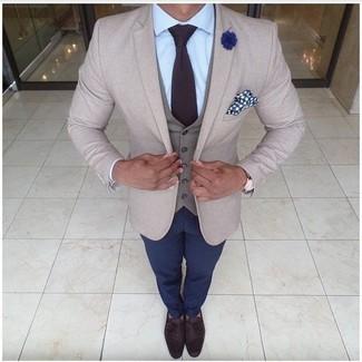 Как и с чем носить: бежевый пиджак, серый жилет, голубая классическая рубашка, темно-синие брюки чинос