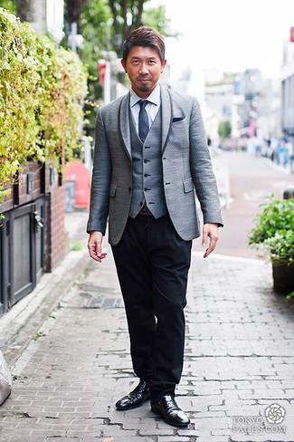 Как и с чем носить: серый пиджак, серый жилет, белая классическая рубашка, черные классические брюки