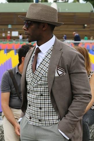 Как и с чем носить: коричневый пиджак, коричневый жилет в мелкую клетку, белая классическая рубашка, серые классические брюки