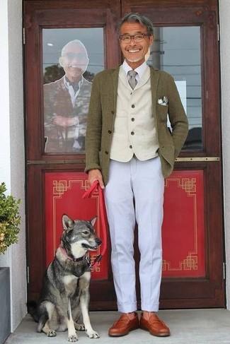 Как и с чем носить: оливковый шерстяной пиджак, бежевый шерстяной жилет, белая классическая рубашка, серые брюки чинос