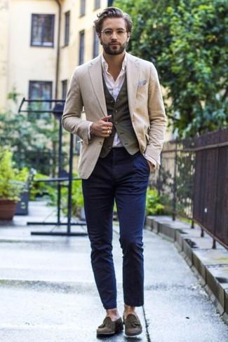 Как и с чем носить: бежевый пиджак, оливковый хлопковый жилет, белая классическая рубашка, темно-синие брюки чинос